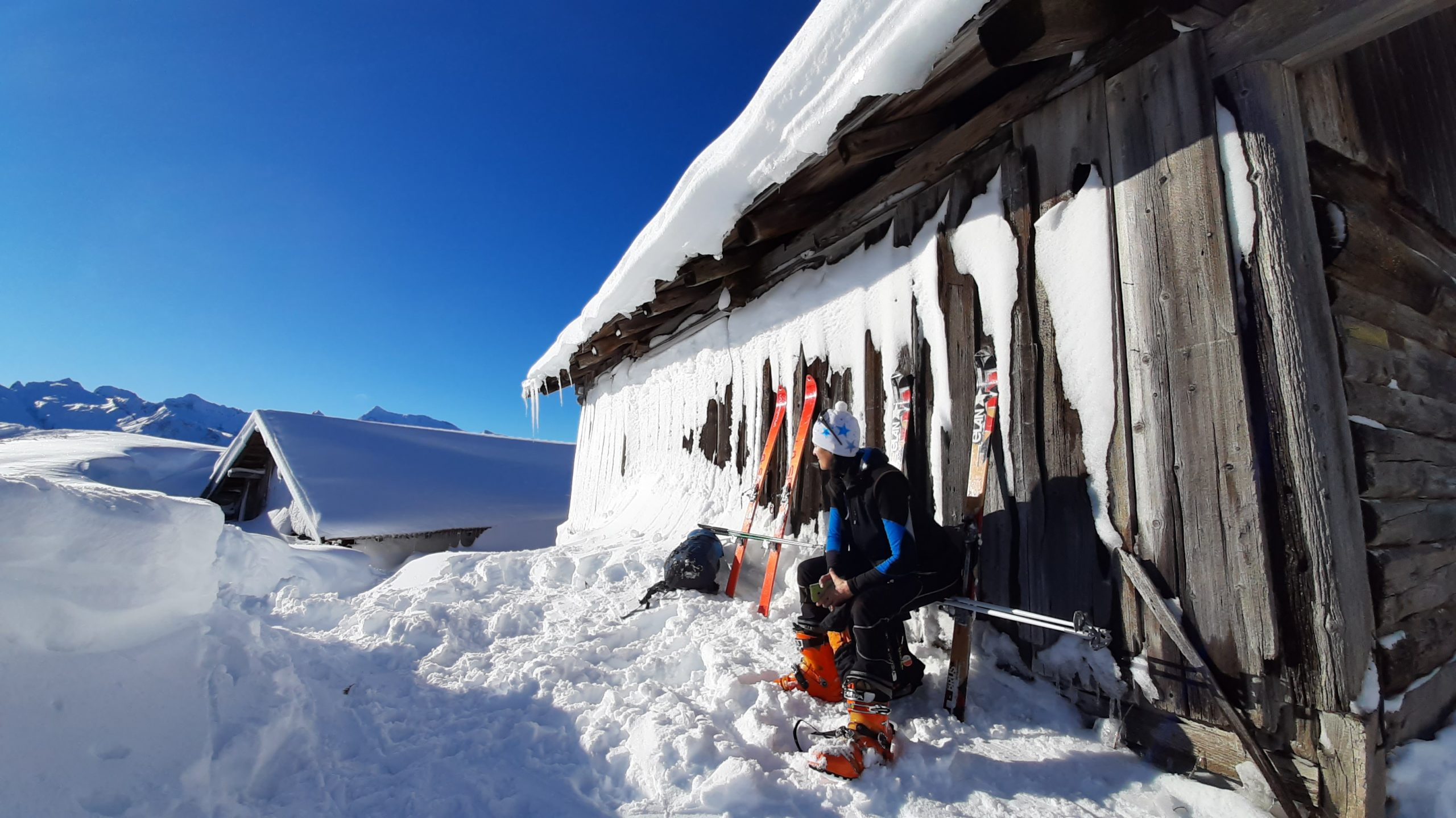 Ammirare il panorama mozzafiato con uno spuntino nella soffice neve